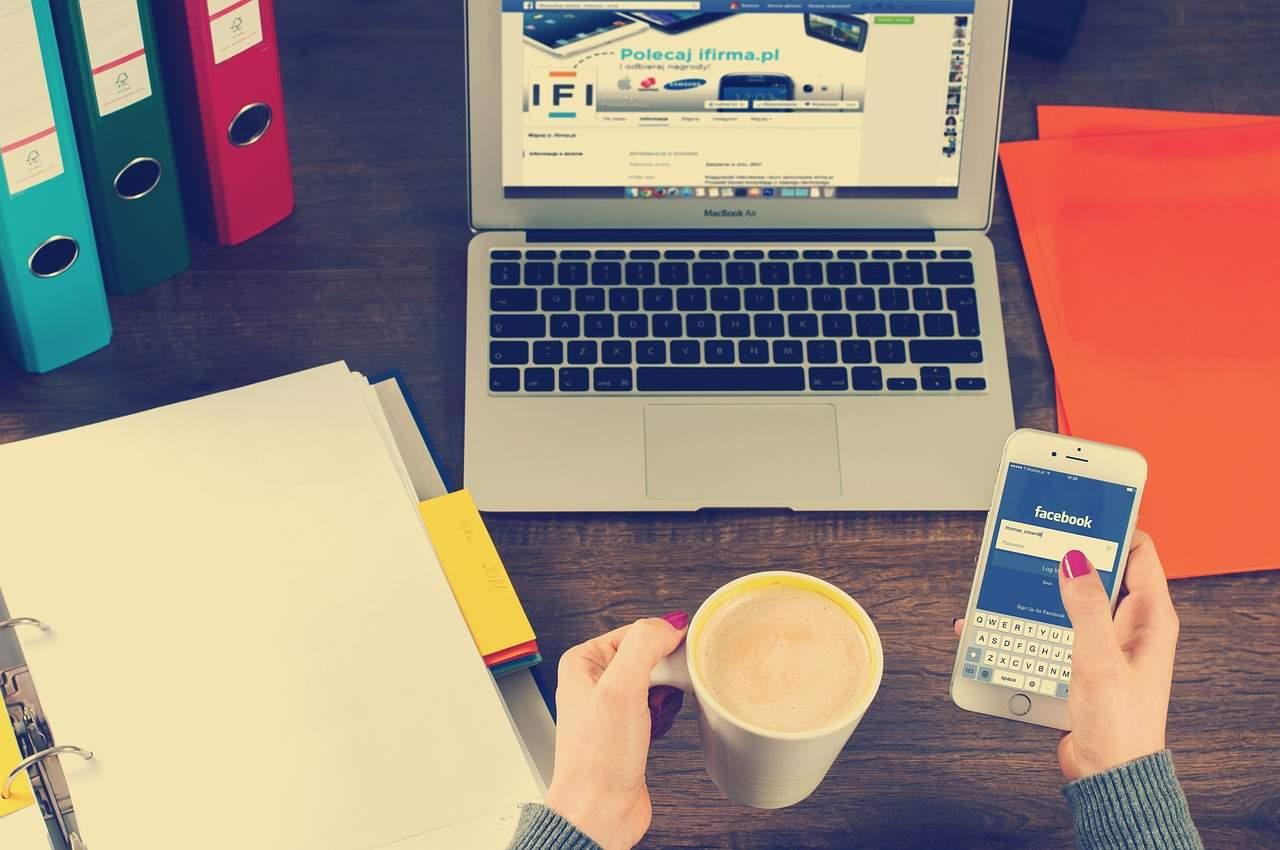 tasse de café et ordinateur portable